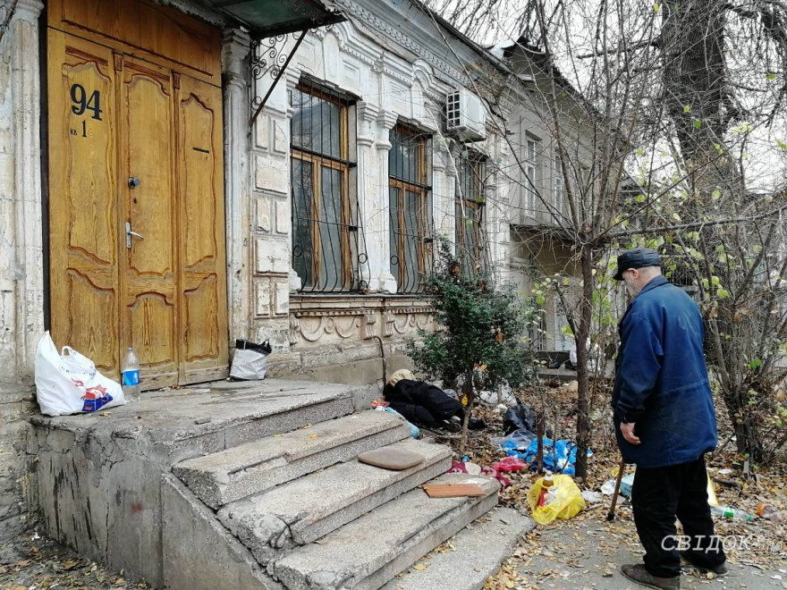 Жители двора по Потемкинской жалуются на бродягу, который ночует под их домом и разводит антисанитарию
