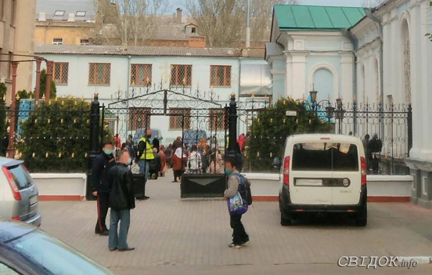 Несмотря на карантин, в храме в центре Николаева прошла многочисленная служба