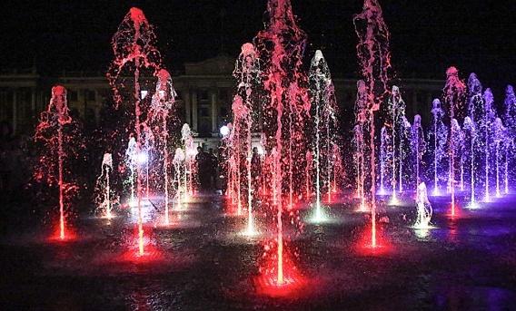 На Соборной площади переливаются уже оба фонтана