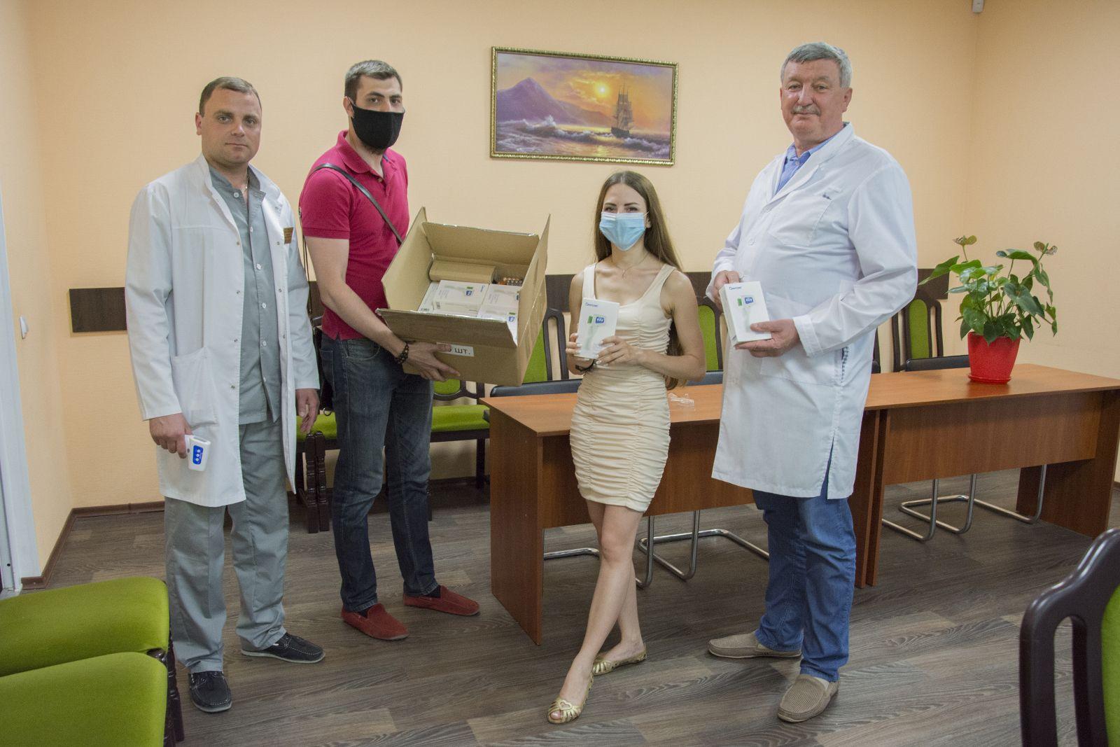 Николаевским врачам передали 40 бесконтактных термометров