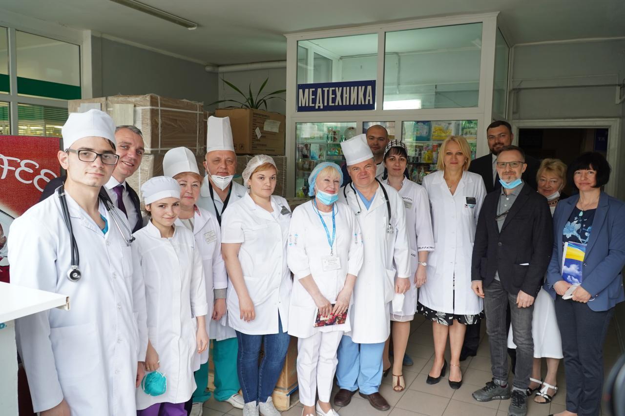 Сенкевич и Дятлов вместе передали медицинское оборудование от фонда Новинского