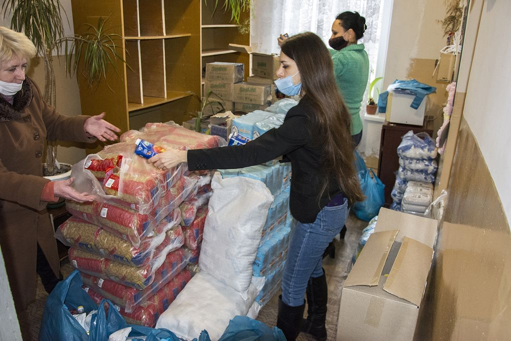 Пожилым людям Николаева накануне новогодних праздников передали 700 кг продуктовых наборов