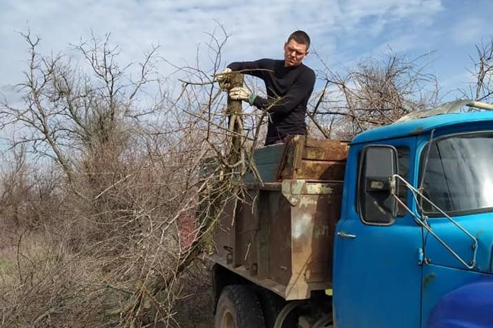 Жить в чистоте: жители Матвеевки устроили масштабную уборку в микрорайоне