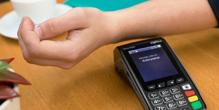 В мире набирает популярность подкожный чип, который заменит банковскую карту