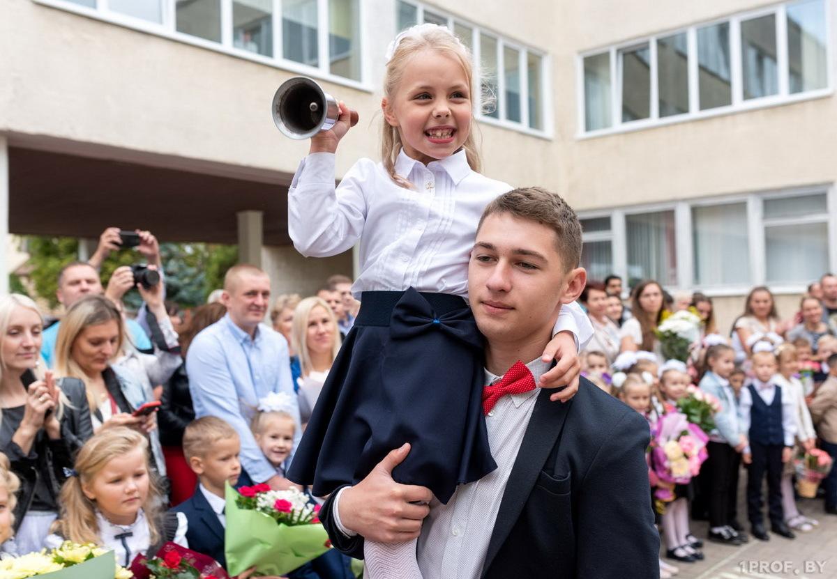 Родителям первоклашек НГЗ подарил по 1000 гривен