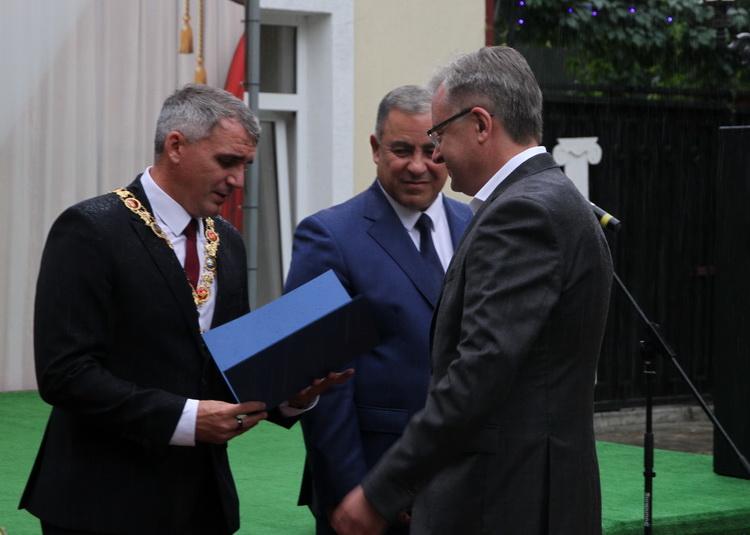 Поки Корабельний район потопає в фекаліях, Сєнкевич нагородив директора міського водоканала Дуденка Подячним листом