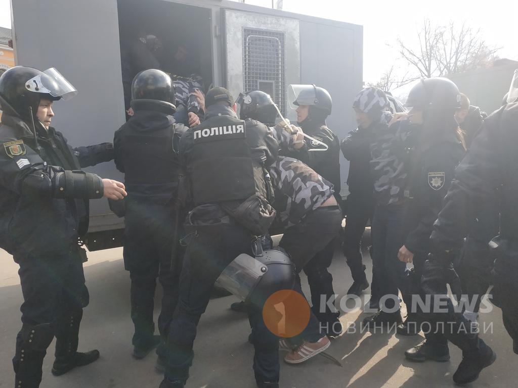 На митинге Порошенко в Полтаве полиция жестко разогнала активистов