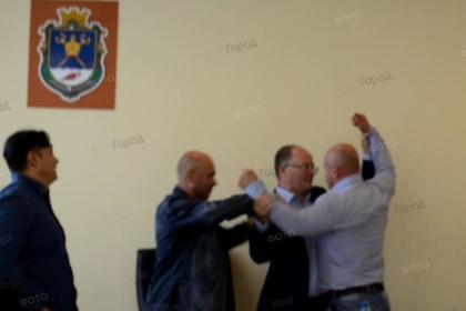 На бюджетной комиссии Олабин и Барна устроили потасовку: драку остановили другие депутаты