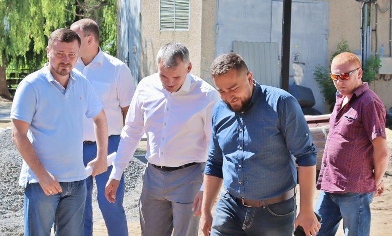 Сенкевич в Корабельном районе проверил ремонт сквера за 10 млн грн