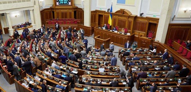 Зеленский просит Верховную Раду отменить ограничения зарплат чиновников