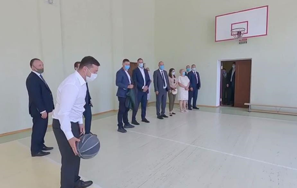 В Николаеве Зеленский поиграл с мячом в школе