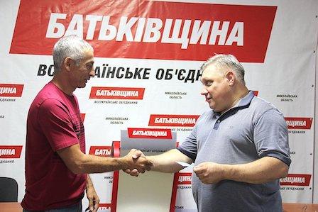 «Команда «Батьківщини»: Вернувшемуся в партию николаевскому экс-депутату Григоряну вручили партийный билет