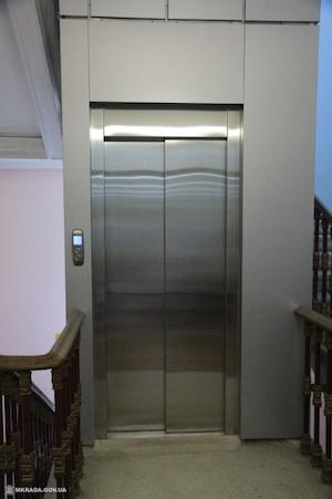 В здании мэрии Николаева установили новый лифт с GPS за 1,9 млн