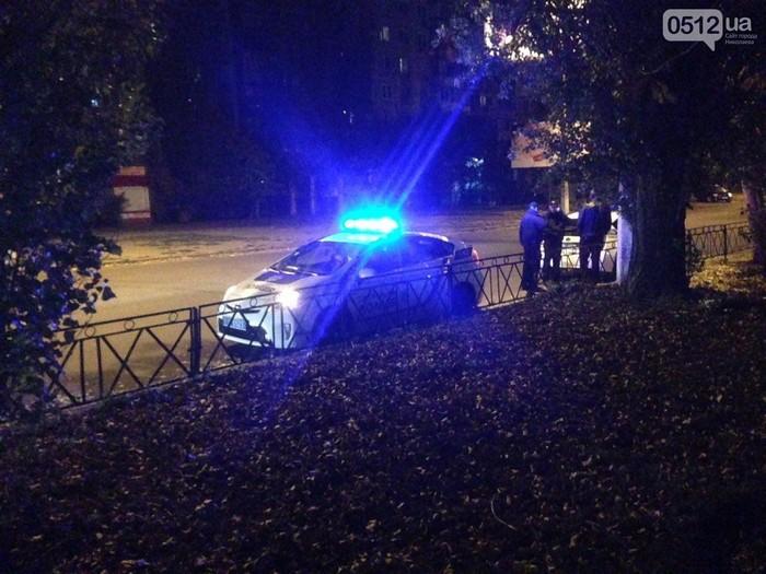 В Николаеве BMW сбил ограждение вдоль дороги и скрылся с места происшествия