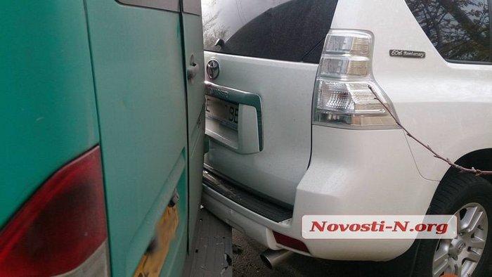 В центре Николаева маршрутка без водителя врезалась в «Land Cruiser»