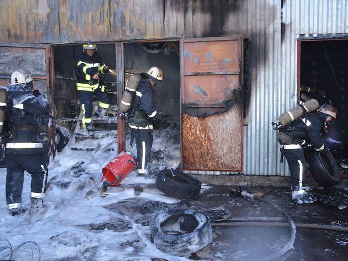 В Ингульском районе горел шиномонтаж (ФОТО)