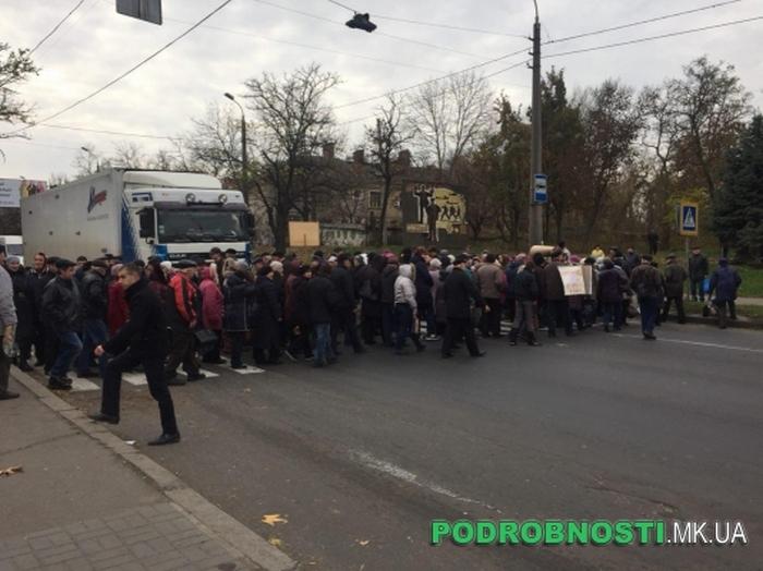 В Николаеве сотня работников судостроительного завода перекрыла Варваровский мост (ФОТО)