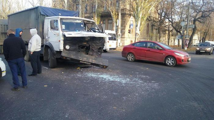 В центре Николаева столкнулись две фуры