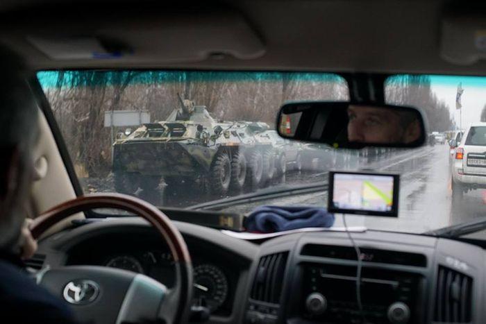 Бывшее здание МВД в Луганске окружено боевиками. В город въехала военная колонна