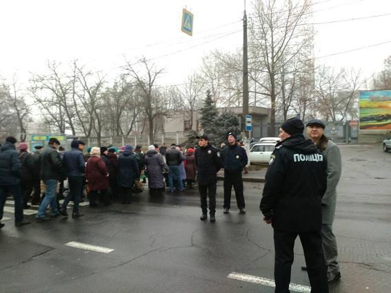 Работники «Николаевского судостроительного завода» перекрыли Варваровский мост в Николаеве второй раз