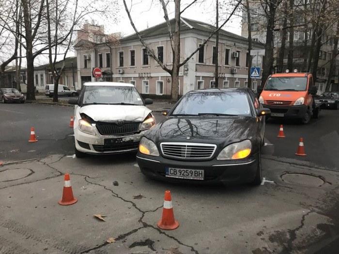 В центре Николаева столкнулись «Мерседес» и «Шкода»