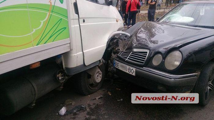 В Николаеве столкнулись полицейский «Приус», «Мерседес» и грузовик
