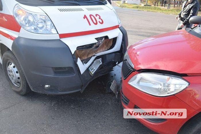 В Николаеве «лоб в лоб» столкнулись автомобиль «скорой» и легковушка