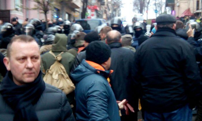 Генпрокуратура в сопровождении спецназа выломала дверь квартиры Саакашвили