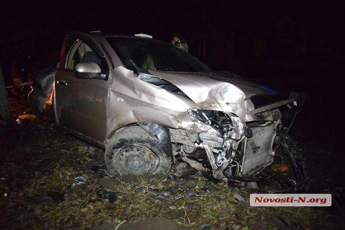 В Николаеве, во вдребезги разбитом автомобиле, были найдены дымовые шашки. Пьяный водитель пытался скрыться