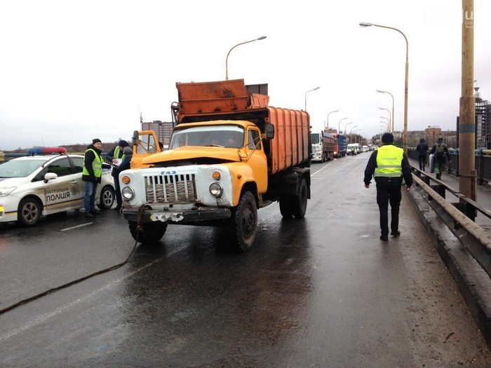Очередная пробка на одном из Николаевских мостов – ДТП с участием маршрутки и мусоровоза