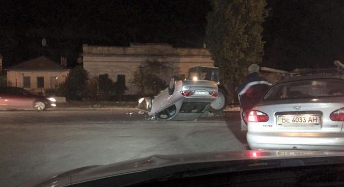 В центре Николаева произошло ДТП. Трактор перевернул «легковушку» (ВИДЕО)