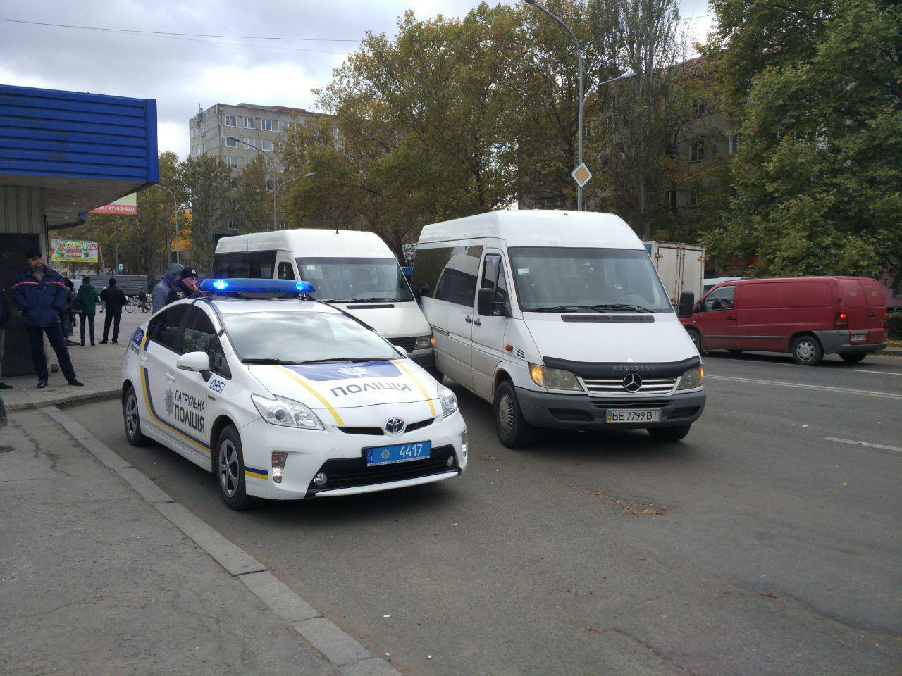 В Николаеве произошло ДТП: маршрутчики не поделили остановку