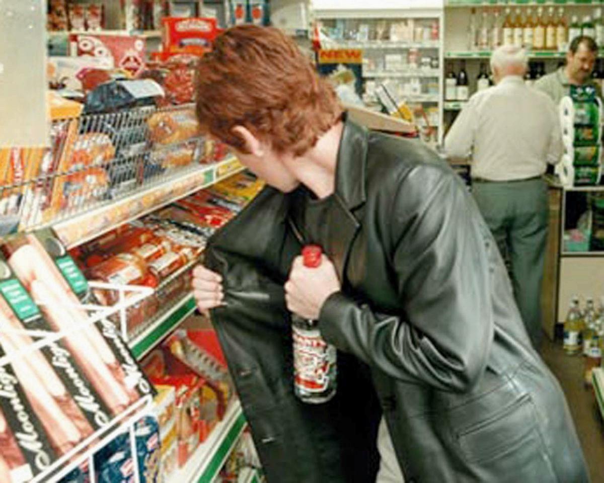 В Корабельном районе женщины ушли из супермаркета не расплатившись за элитный алкоголь