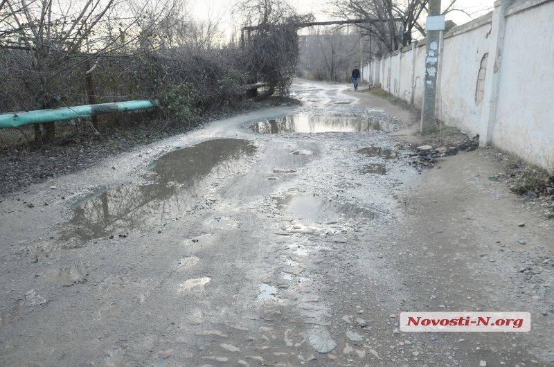 В Николаеве из дыры в заборе военкомата улицу топит канализационными водами