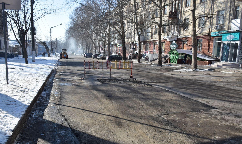 «ЭЛУ автодорог» укладывает асфальт в центре Николаева при морозе в -7°
