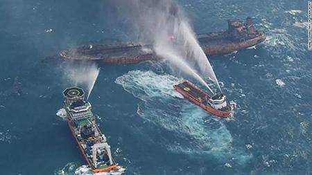 Горящий с субботы танкер взорвался
