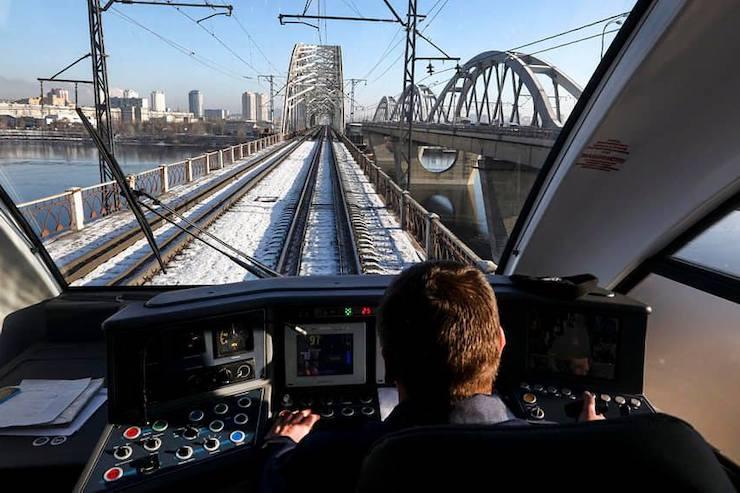 Експрес до «Борисполя» застряг у полі. Пасажири стрибали з потяга, аби встигнути на рейси