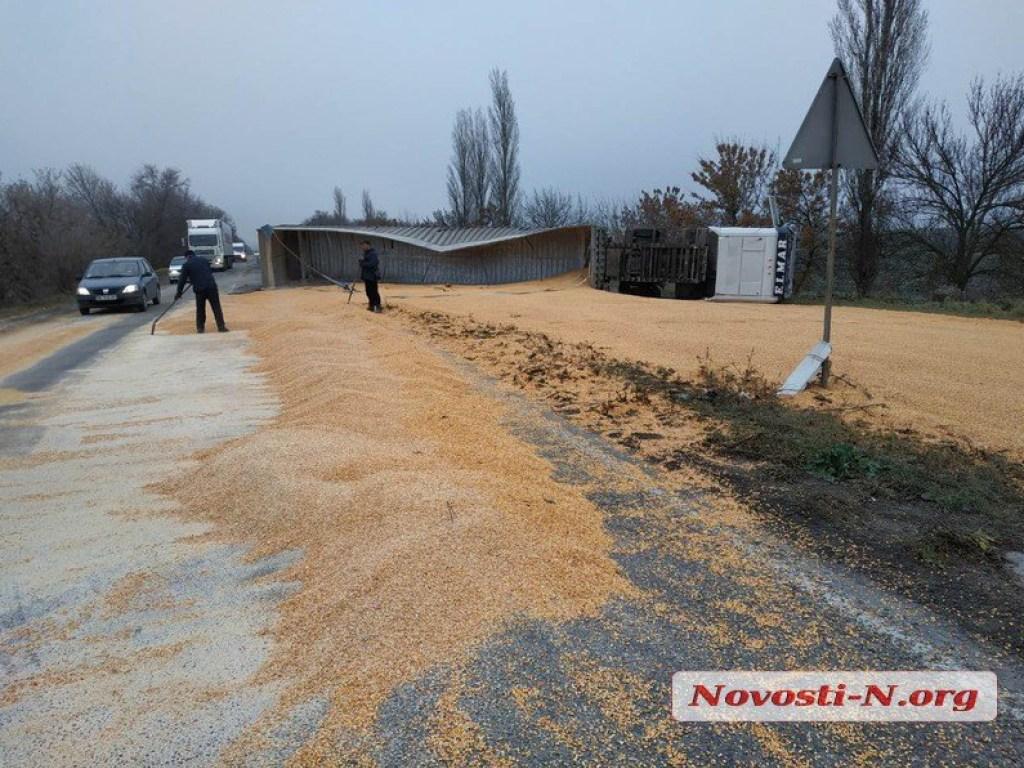 Під Миколаєвом на дорогу висипалися десятки тонн кукурудзи
