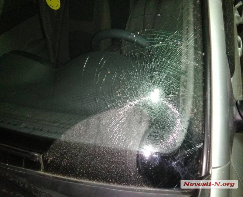 Николаевец заехал помыть авто на незаконную автомойку и лишился лобового стекла