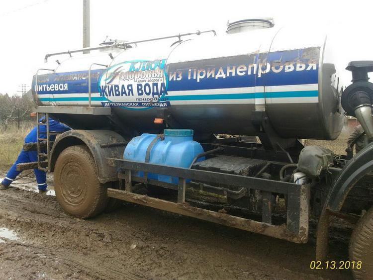 """Жители трех улиц Корабельного района помогали грузовику, застрявшему на полсуток в """"болоте"""""""