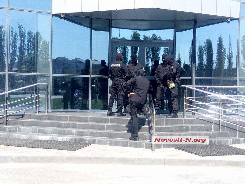 Обыски в николаевском порту «Ника-тера»: вооруженные «спецназовцы» взломали ворота