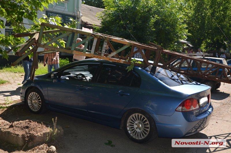 В центре Николаева рухнули электроопоры: повреждена машина, улица перекрыта