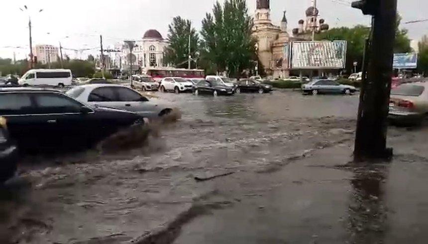 В Николаеве из-за сильного дождя затопило улицу Садовую