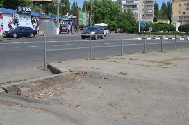 «ЭЛУ Автодорог» не переделала некачестенный асфальт на площади Победы (ВИДЕО)