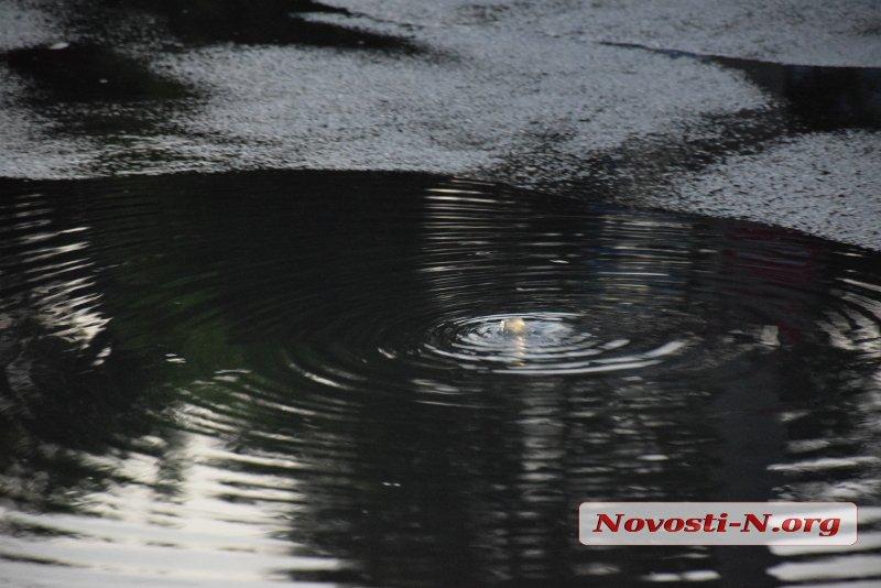 В центре Николаеве третьи сутки бьет «канализационный фонтан» (ВИДЕО)