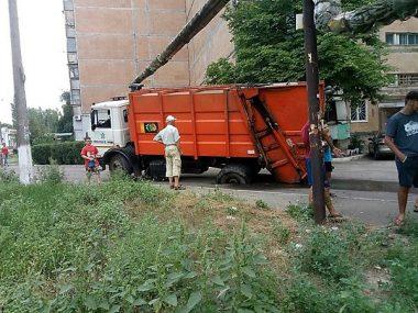 В Корабельном районе снова под мусоровозом провалился асфальт