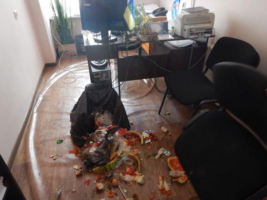 В Николаеве предприниматель вывалил невывезенный мусор в администрации Центрального района