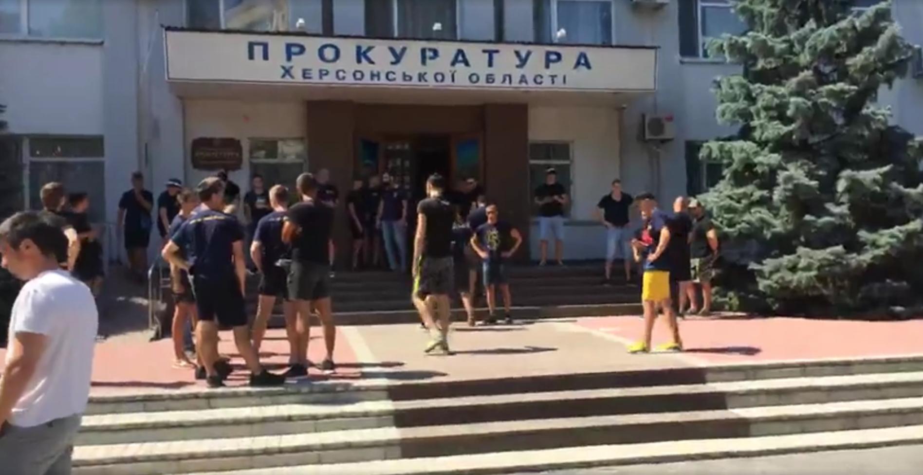 В Херсоне Нацкорпус разгромил здание облпрокуратуры (ВИДЕО)
