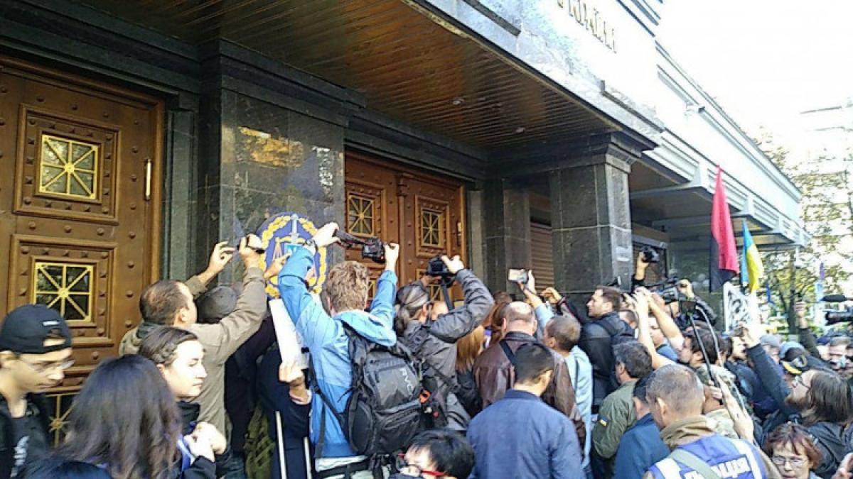 В Киеве националисты штурмуют здание Генпрокуратуры и требуют