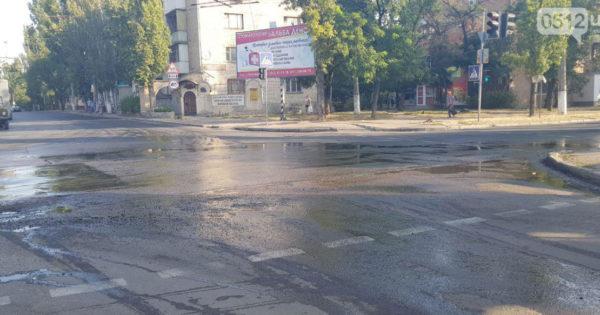 В Николаеве из-под асфальта «бьет» вода: коммунальщики пятый день не могут решить проблему